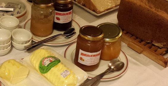 Mermelada y pan casero y mantequilla artesana